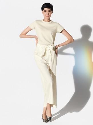 Cómo combinar: jersey de manga corta en beige, pantalones anchos en beige, bailarinas de cuero plateadas, pulsera plateada