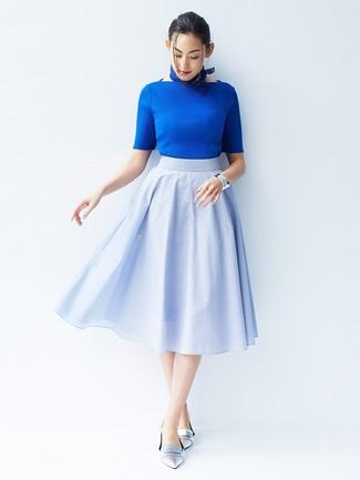 Cómo combinar: jersey de manga corta azul, falda campana celeste, mocasín de cuero plateados, bandana azul