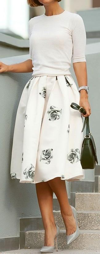 Cómo combinar: jersey de manga corta blanco, falda campana con print de flores blanca, zapatos de tacón de cuero grises, bolso bandolera de cuero verde oliva