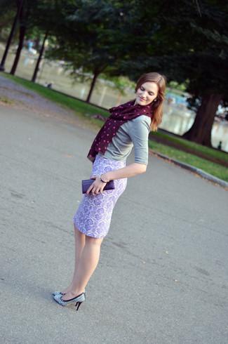 Look de moda: Jersey de manga corta gris, Falda lápiz de paisley violeta claro, Zapatos de tacón de cuero estampados en blanco y negro, Cartera sobre de cuero en violeta