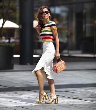 Cómo combinar: jersey de manga corta de rayas horizontales en multicolor, falda lápiz con volante blanca, zapatos de tacón de cuero dorados, cartera de cuero en multicolor