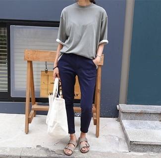 Cómo combinar unas sandalias planas de cuero grises: Haz de un jersey de manga corta gris y un pantalón chino azul marino tu atuendo transmitirán una vibra libre y relajada. Si no quieres vestir totalmente formal, elige un par de sandalias planas de cuero grises.