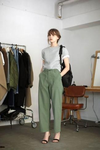 Cómo combinar: jersey de manga corta gris, pantalones anchos verde oliva, sandalias de tacón de ante negras, mochila de lona negra