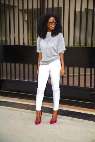 Cómo combinar: jersey de manga corta gris, pantalones pitillo blancos, zapatos de tacón de satén rosa