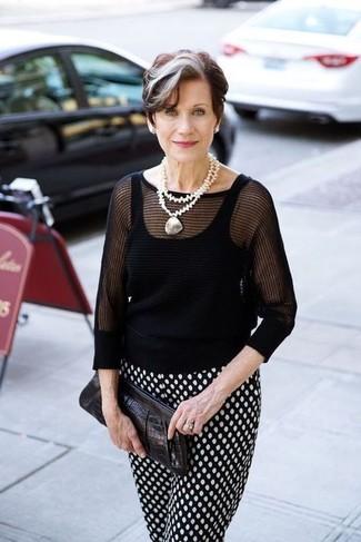 Moda para mujeres de 60 años: Elige un jersey de manga corta negro y un pantalón de pinzas a lunares en negro y blanco para una vestimenta cómoda que queda muy bien junta.