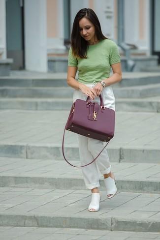 Cómo combinar: jersey de manga corta verde, pantalones de pijama blancos, chinelas de cuero blancas, bolsa tote de cuero morado