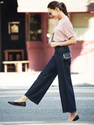 Cómo combinar: jersey de manga corta rosado, pantalones anchos vaqueros azul marino, bailarinas de cuero negras, bolso bandolera de cuero negro