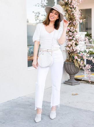 Cómo combinar una correa de cuero blanca: Un jersey de manga corta blanco y una correa de cuero blanca son una opción incomparable para el fin de semana. Opta por un par de chinelas de cuero blancas para destacar tu lado más sensual.