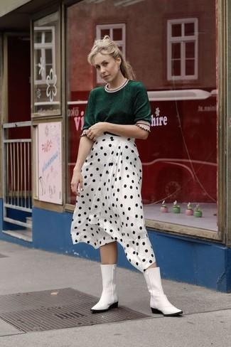 Cómo combinar: jersey de manga corta verde oscuro, falda midi a lunares en blanco y negro, botas camperas de cuero blancas