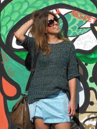 Cómo combinar una minifalda celeste: Considera ponerse un jersey de manga corta verde oscuro y una minifalda celeste para conseguir una apariencia relajada pero chic.
