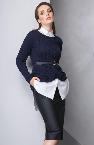 Cómo combinar: jersey de ochos azul marino, camisa de vestir blanca, falda lápiz de cuero negra, cinturón de cuero negro