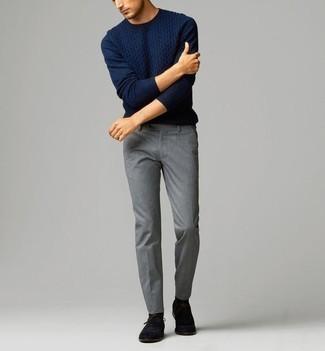Cómo combinar unos calcetines negros: Emparejar un jersey de ochos azul marino junto a unos calcetines negros es una opción atractiva para el fin de semana. Dale onda a tu ropa con zapatos oxford de ante negros.