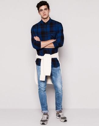 Cómo combinar: jersey de ochos blanco, camisa de manga larga de tartán azul marino, vaqueros azules, tenis de ante grises