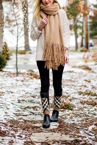 Cómo combinar: jersey de ochos blanco, leggings negros, botas de lluvia de tartán negras, bufanda marrón claro