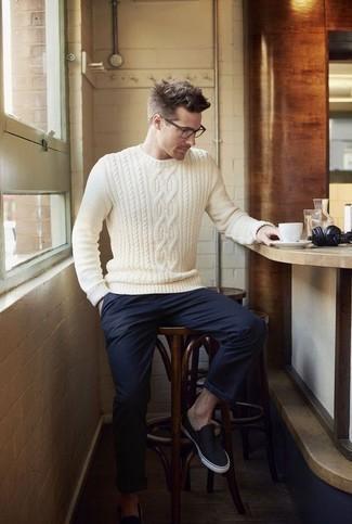 Cómo combinar un jersey de ochos blanco: Equípate un jersey de ochos blanco junto a un pantalón chino azul marino para conseguir una apariencia relajada pero elegante. Zapatillas slip-on de lona azul marino son una opción atractiva para complementar tu atuendo.