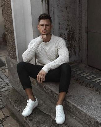 Cómo combinar un jersey de ochos blanco: Ponte un jersey de ochos blanco y un pantalón chino negro para un look diario sin parecer demasiado arreglada. Si no quieres vestir totalmente formal, elige un par de tenis de cuero blancos.