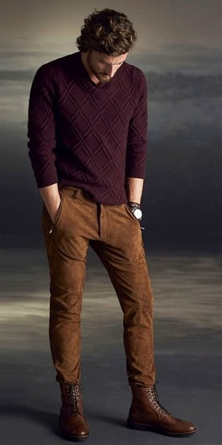 Cómo combinar: jersey de ochos burdeos, vaqueros de ante marrónes, botas brogue de cuero marrónes