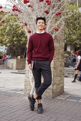 Cómo combinar un pantalón chino en gris oscuro: Opta por un jersey de ochos burdeos y un pantalón chino en gris oscuro para cualquier sorpresa que haya en el día. ¿Te sientes valiente? Opta por un par de zapatos derby de cuero negros.
