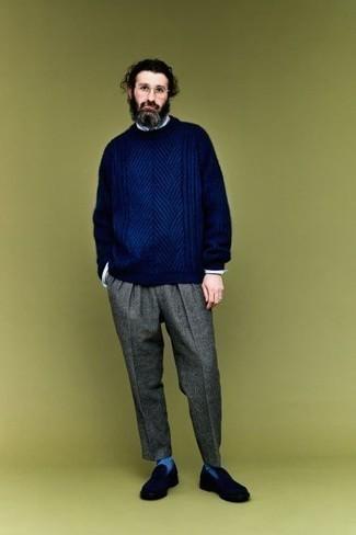 Cómo combinar un jersey de ochos azul marino: Casa un jersey de ochos azul marino junto a un pantalón de vestir de lana gris para rebosar clase y sofisticación. Un par de mocasín de ante azul marino se integra perfectamente con diversos looks.