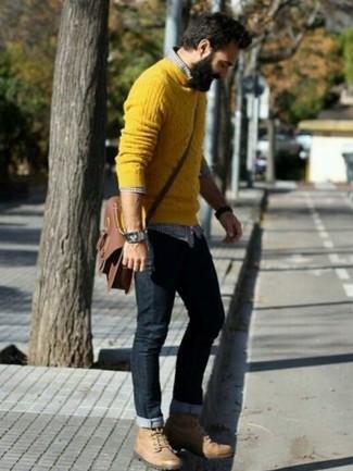 Cómo combinar unas botas de trabajo de cuero marrón claro: Ponte un jersey de ochos amarillo y unos vaqueros negros para cualquier sorpresa que haya en el día. Botas de trabajo de cuero marrón claro añadirán interés a un estilo clásico.