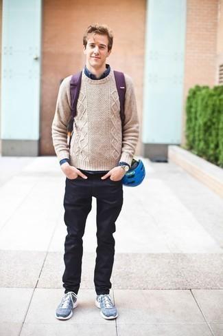 Moda para hombres de 20 años: Ponte un jersey de ochos en beige y unos vaqueros azul marino para una vestimenta cómoda que queda muy bien junta. ¿Por qué no añadir deportivas azules a la combinación para dar una sensación más relajada?