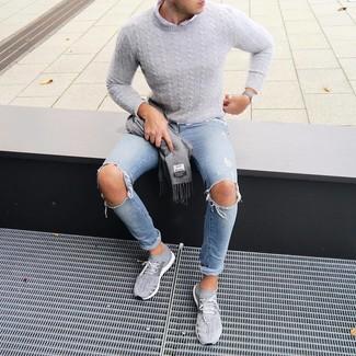 Cómo combinar: jersey de ochos gris, camisa de manga larga blanca, vaqueros pitillo desgastados celestes, deportivas grises