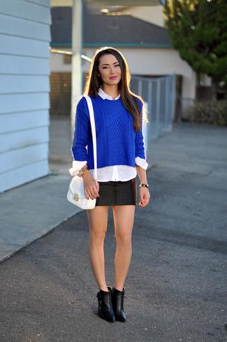 Cómo combinar: jersey de ochos azul, camisa de vestir blanca, minifalda de cuero negra, botines de cuero negros