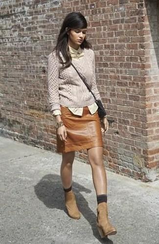 Cómo combinar: jersey de ochos en beige, camisa de vestir a lunares amarilla, minifalda de cuero marrón, botines de ante marrón claro