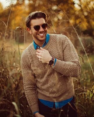 Cómo combinar: jersey de ochos marrón, camisa vaquera azul, vaqueros negros, gafas de sol en marrón oscuro