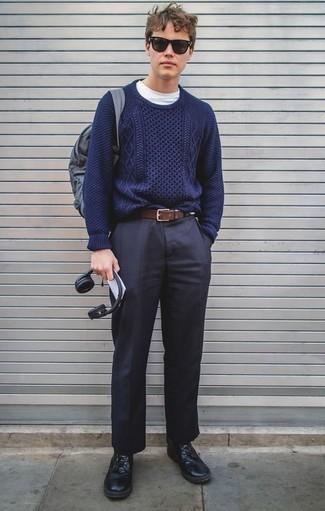 Cómo combinar un jersey de ochos azul marino: Ponte un jersey de ochos azul marino y un pantalón de vestir azul marino para un perfil clásico y refinado. ¿Por qué no añadir botas casual de cuero negras a la combinación para dar una sensación más relajada?
