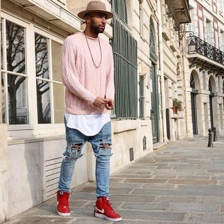 Cómo combinar: jersey de ochos rosado, camiseta con cuello circular blanca, vaqueros desgastados celestes, zapatillas altas rojas