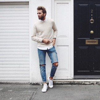 Opta por la comodidad en un jersey de ochos en beige de hombres de Gant y unos vaqueros desgastados azules. Tenis blancos proporcionarán una estética clásica al conjunto.