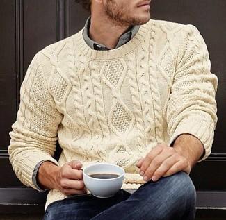 Cómo combinar: jersey de ochos en beige, camisa de manga larga gris, vaqueros azul marino