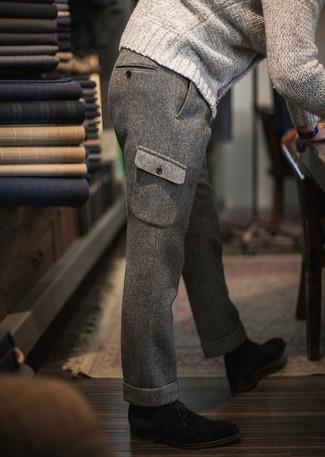 Emparejar un jersey de ochos en beige de hombres de Gant y un pantalón cargo de lana gris es una opción cómoda para hacer diligencias en la ciudad. Botas safari de ante negras son una forma sencilla de mejorar tu look.