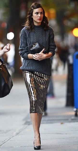 Cómo combinar: jersey de ochos en gris oscuro, falda lápiz de lentejuelas de rayas verticales en negro y dorado, zapatos de tacón de cuero negros, cartera sobre de cuero negra