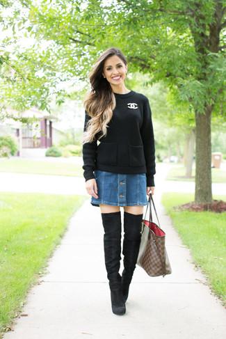 Cómo combinar: jersey de ochos negro, falda con botones vaquera azul, botas sobre la rodilla de ante negras, bolsa tote de cuero a cuadros marrón