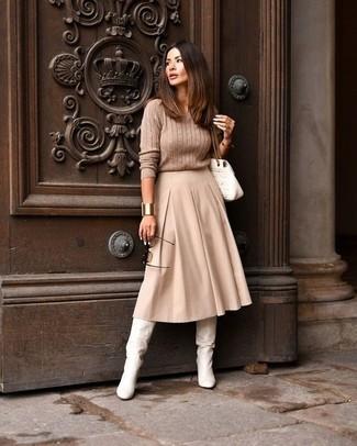 Cómo combinar: jersey de ochos marrón claro, falda midi plisada en beige, botas de caña alta de cuero blancas, bolso de hombre de cuero acolchado blanco
