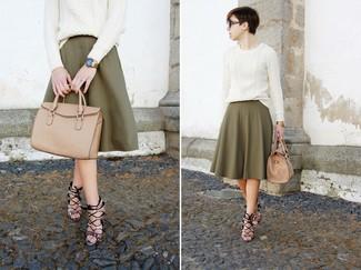 Cómo combinar: jersey de ochos blanco, falda midi plisada verde oliva, sandalias de tacón de cuero con print de serpiente grises, bolsa tote de cuero marrón claro