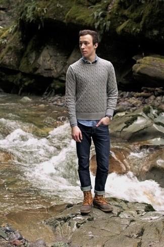 Empareja una camisa de manga larga de cambray azul con unos vaqueros azul marino para una vestimenta cómoda que queda muy bien junta. Haz este look más informal con botas para la nieve marrón claro.