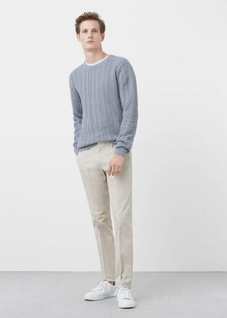 Luce lo mejor que puedas en un jersey de ochos gris de hombres de Gant y un pantalón de vestir beige. Tenis de cuero blancos darán un toque desenfadado al conjunto.