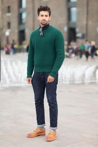 Ponte un jersey de ochos verde oscuro y unos vaqueros azul marino para conseguir una apariencia relajada pero elegante. Dale onda a tu ropa con zapatos brogue de cuero marrón claro.