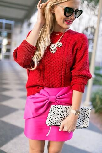 Look de moda: Jersey de ochos rojo, Minifalda rosa, Cartera sobre de cuero de leopardo blanca, Gafas de sol negras
