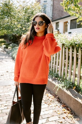 Cómo combinar: jersey de ochos de punto naranja, leggings negros, bolsa tote de cuero negra, gafas de sol negras