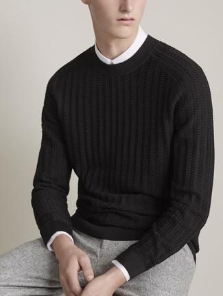 Cómo combinar: jersey de ochos negro, camisa de vestir blanca, pantalón de vestir de lana gris