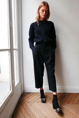 Cómo combinar: jersey de ochos negro, falda pantalón negra, sandalias de tacón de ante con adornos negras, calcetines negros
