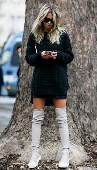 Cómo combinar: jersey de ochos negro, minifalda negra, botas sobre la rodilla de ante grises