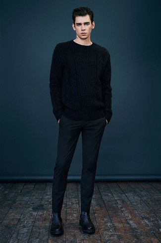 Cómo combinar: jersey de ochos negro, pantalón de vestir de lana negro, botines chelsea de cuero negros