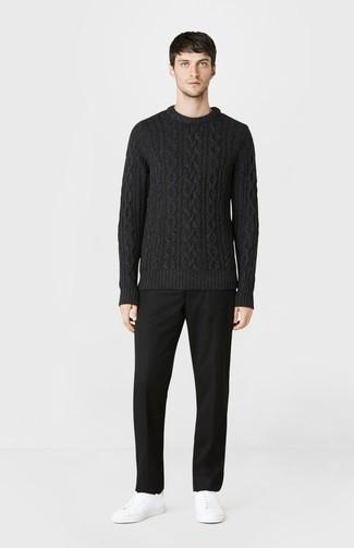 Cómo combinar: jersey de ochos negro, pantalón de vestir negro, tenis de cuero blancos