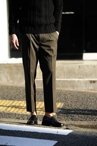 Cómo combinar un jersey de ochos negro: Opta por un jersey de ochos negro y un pantalón de vestir verde oliva para rebosar clase y sofisticación. Mocasín de cuero negro son una sencilla forma de complementar tu atuendo.