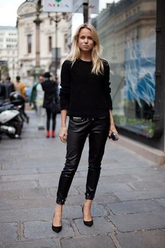 Cómo combinar: jersey de ochos negro, pantalones pitillo de cuero negros, zapatos de tacón de ante negros
